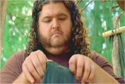 イラーナの遺品のジェイコブの遺灰袋を見ているハーリー