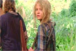 クレアが振り返ってジャックを見ている