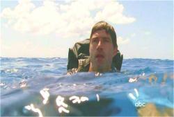 泳いで戻ろうとしているジャック