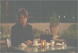 一人、さびしくコーヒーを飲んでいる男