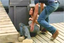 負傷したケイトを運ぼうとするジャック