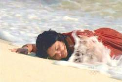 砂浜にたどり着いた女