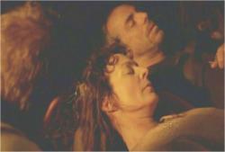 横たわる二人の遺体