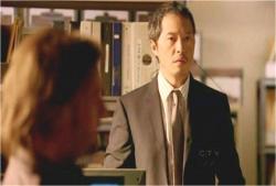 何故か、正装してそばにいる同僚・マイルズ刑事