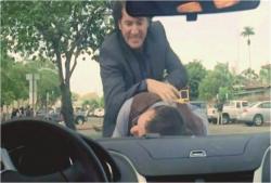 デズモンドに暴行を受けているベン