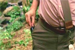 慌てて、携帯無線のスイッチを切るベン