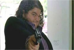 麻酔銃をチャーリーの背中めがけて発砲
