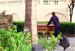 別の場所に運ばれていくシェパードの棺