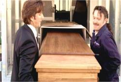 荷物の棺を出すのを手伝うデズモンド