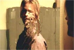 自分が叩き割った鏡を見るジェームス刑事