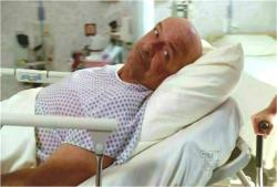 車椅子を見ながら、手術を受けようとしている本物ロック