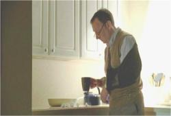 コーヒーを飲もうとしている2004年のベン