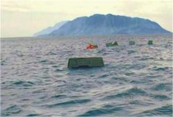 救命具が浮かんでいる海