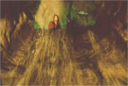 洞窟の中の絶壁の滝