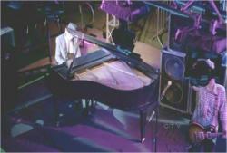 ピアノを弾き始めるダニエル
