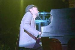 ピアノ演奏しているダニエル