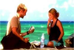 島でクレアの大好物のピーナッツバターをなめているフラッシュ