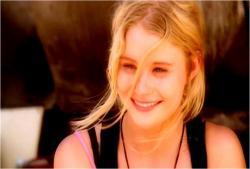 島でのクレアの笑顔のフラッシュ