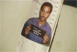 ソーヤーが差し出した、サイードの逮捕時の写真