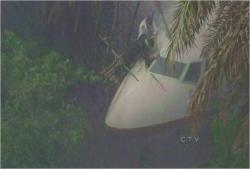 暴風雨の中、316便を修理しているフランク