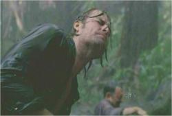 雨が降る中、必死でベンを助けだそうとしているソーヤー