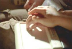 クレアの手に触れているケイトの手