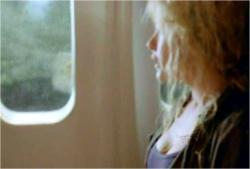 窓の外を見ているクレア