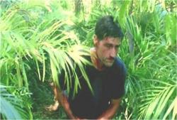 島で傷口を押さえて歩くジャック