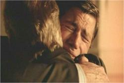 泣きながら父と抱擁
