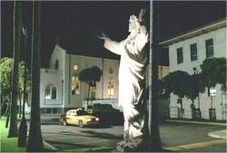教会の近くで止まるタクシー