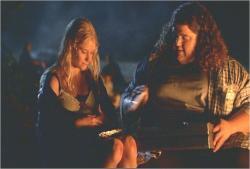 シーズン1、自分のお菓子をあげているハーリーと、貰っているクレア