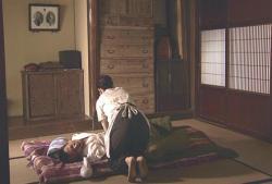 夫の小便の世話をしているシゲ子