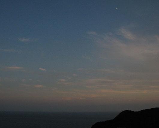 岬に上る月