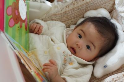 絵本読んでる