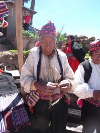 編み物をするおじいちゃん