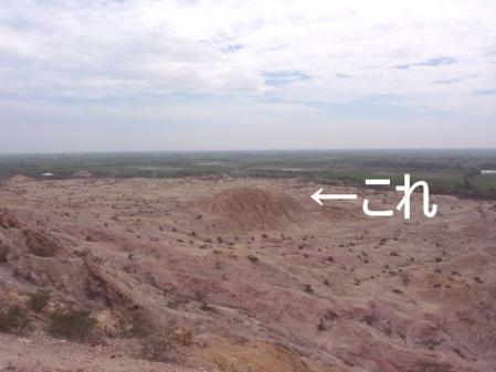 トゥクメのピラミッド遠景