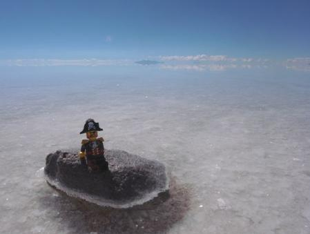 ウユニ塩湖を見つめる