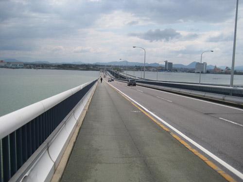 琵琶湖大橋を走る