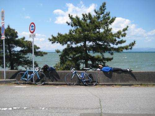琵琶湖でお昼寝。