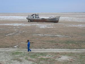 アラル海-放置された船
