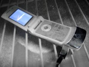 画像は冷凍した電話機のイメージ画像