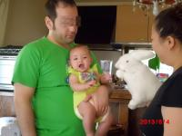 JJ13年8月4日パパに抱っこ2.jpg