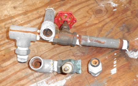 古い水道管など