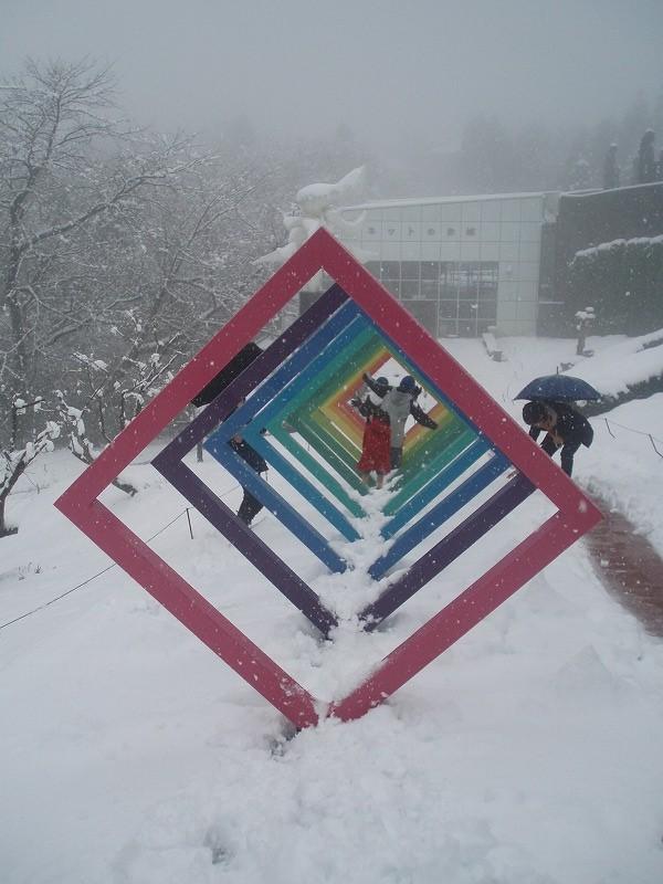 雪の中のトンネル