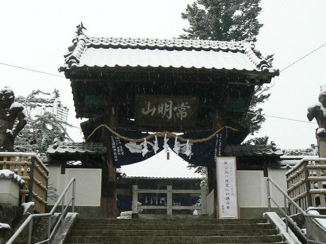 雪景色の山門