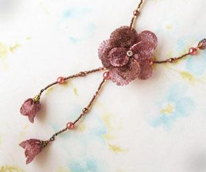 メタルメッシュリボンのネックレス バラ