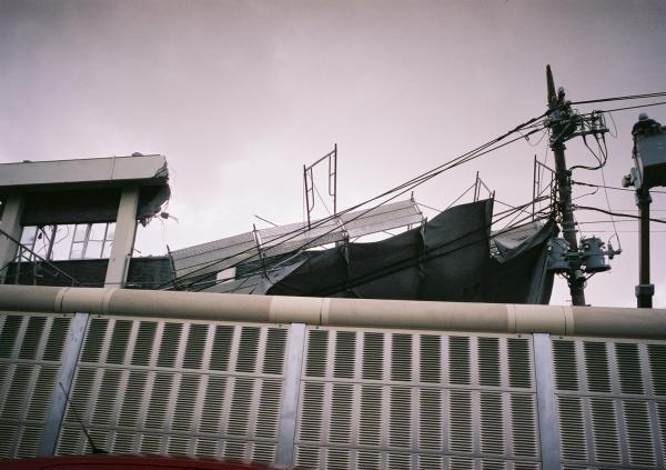 強風で崩壊したビル解体現場