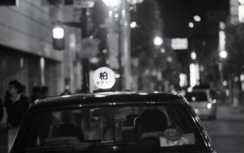 夜の街とタクシーの灯り
