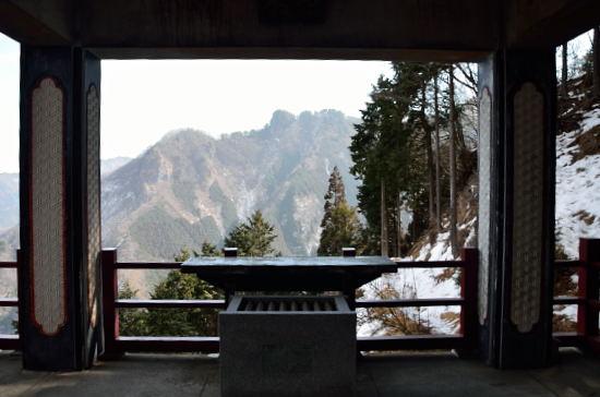 妙法ケ岳山頂の奥宮を遥拝