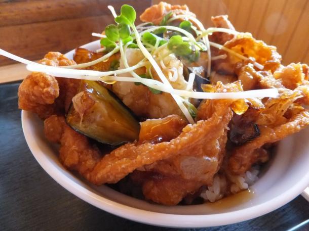 揚げナスと鶏カラのあんかけ丼